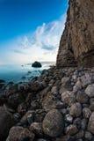 Vue d'une côte rocheuse dans la nuit. Long tir d'exposition Photo stock