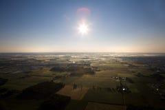 Vue d'une campagne avec le soleil. Photo stock