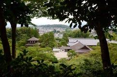 Vue d'une colline sur le temple argenté complexe et son jardin de sable Photos libres de droits