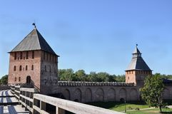 Vue d'une de tours de Kremlin dans Veliky Novgorod Image stock