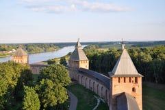 Vue d'une de tours de Kremlin dans Veliky Novgorod Photos stock