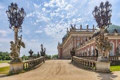Vue d'une des entrées de DAS Neue Palast avec ses statues baroques, lanternes de fer travaillé, et une partie du jardin de palais images stock