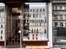 Vue d'une fenêtre de magasin avec des bouteilles de boissons photos stock