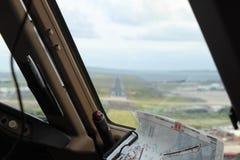Vue d'une fenêtre de poste de pilotage sur une piste, juste avant l'atterrissage Images stock