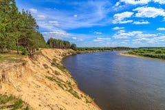 Vue d'une haute falaise sur la rivière Klyazma Photo stock