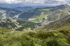 Vue d'une montagne à une vallée Photographie stock