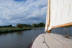Vue d'une navigation de yacht de cabine sur la Norfolk Broads photos libres de droits