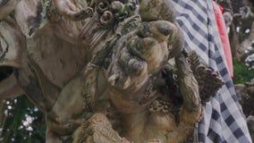 Vue d'une partie de sculpture en pierre grise de créature animale spirituelle et religieuse banque de vidéos