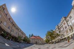 Vue d'une place et de vieux bâtiments à Novi Sad, Serbie Photos stock