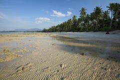 Vue d'une plage tropicale à marée basse Photos stock