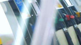 Vue d'une pompe à gaz par la fenêtre de voiture banque de vidéos