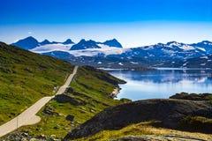 Vue d'une route aux montagnes rocheuses avec la neige en Norvège Image libre de droits