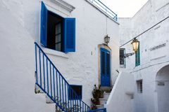 Vue d'une rue étroite avec une porte bleue et de fenêtre bleue dans t photos stock