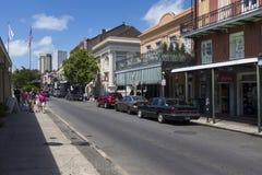 Vue d'une rue avec des touristes dans le quartier français dans la ville de la Nouvelle-Orléans, Louisiane photographie stock