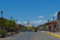 Vue d'une rue avec le bâtiment colonial et le coloré notre Madame de la cathédrale d'hypothèse sur le fond dans la ville de Gra photos libres de droits