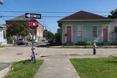 Vue d'une rue avec les maisons colorées dans le voisinage de Marigny dans la ville de la Nouvelle-Orléans images stock