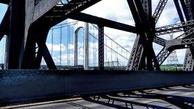 Vue d'une structure de pont de l'intérieur d'un autre pont illustration stock