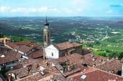 Vue d'une tour de ville italienne de Langhe, héritage de l'UNESCO photographie stock libre de droits