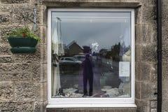 Vue d'une vieille fenêtre de boutique dans un village écossais sur la route A9 dans les montagnes photo stock