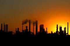 Vue d'usine de raffinerie de pétrole brut pendant le coucher du soleil image libre de droits