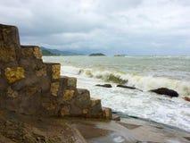 Vue dans l'océan et des escaliers dans Nha Trang, Vietnam Été Photographie stock libre de droits