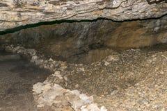 Vue dans la caverne photos stock
