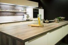 Vue dans la cuisine optique en bois moderne photo libre de droits