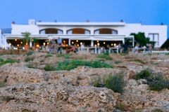 Vue dans la tache floue sur un restaurant méditerranéen au coucher du soleil photographie stock libre de droits