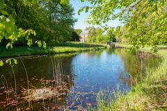Vue dans le domaine Duivenvoorde avec le château Duivenvoorden photographie stock