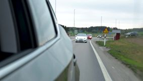 Vue dans le mirrow latéral sur la conduite de véhicules derrière Concept de transport Beaux milieux banque de vidéos