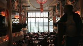 Vue dans le salon du bateau de ferry de Kiel vers Oslo banque de vidéos
