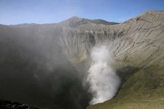 Vue dans le volcan de Bromo images libres de droits