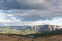 Vue dans les montagnes de pontic avec des champs de blé photos libres de droits