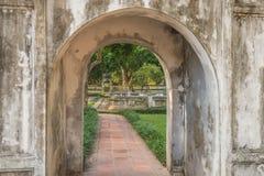 Vue dans un jardin formel par une voûte au temple de la littérature à Hanoï, Vietnam Photos stock
