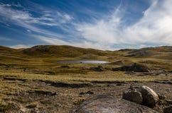 Vue dans un morceau sec de terre greenlandic par la calotte glaciaire, Kangerlussuaq images stock
