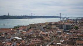 Vue de 25 April Bridge d'une surveillance ? Lisbonne image libre de droits
