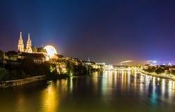 Vue de Bâle au-dessus du Rhin par nuit Photographie stock libre de droits
