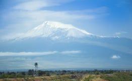 Vue de bâti Artarat, vallée d'Ararat Frontière avec la Turquie, tour de guet l'arménie Photographie stock libre de droits