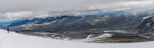 Vue de bâti Glitterthind vers le lac Steinbuvatnet, parc national de Jotunheimen, Norvège Photo libre de droits