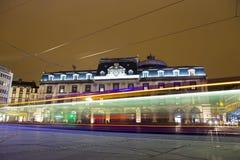 Vue de bâtiment d'Opéra-théâtre à la soirée tandis que le tram passe par l'intermédiaire de la place de Place de Jaude Image libre de droits