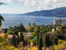 Vue de baie de Nikita Botanical Garden et de Yalta photographie stock