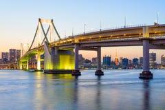 Vue de baie de Tokyo et de pont en arc-en-ciel à la soirée Image stock