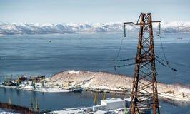 Vue de baie et de ligne électrique d'Avacha. Petropavlovsk-Kamchatsky, Kam images stock