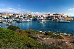 Vue de baie de Stintino un jour ensoleillé Ville côtière italienne Photo stock