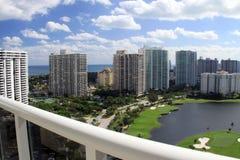 Vue de balcon dans le terrain de golf de Miami Images stock
