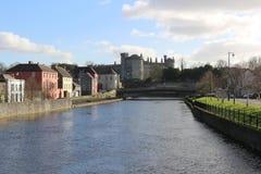 Vue de balustrades de rive de ville et de pont de château de Kilkenny images stock