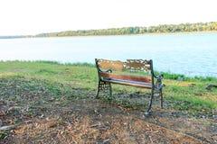 Vue de banc du lac Photographie stock libre de droits