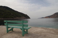 Vue de banc sur le port Assos romantique, Kefalonia, Grèce Photographie stock libre de droits