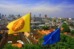 Vue de Bangkok Thaïlande le 5 septembre 2008 dessus sur la ville de Bangkok avec le bouddhisme de drapeau de Dharmacakra - orange Image stock