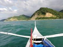 Vue de banka en voyageant à la partie à distance d'Abra de Ilog sur Mindoro, Philippines photo libre de droits